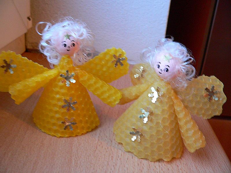 Andílci z včelích pláství