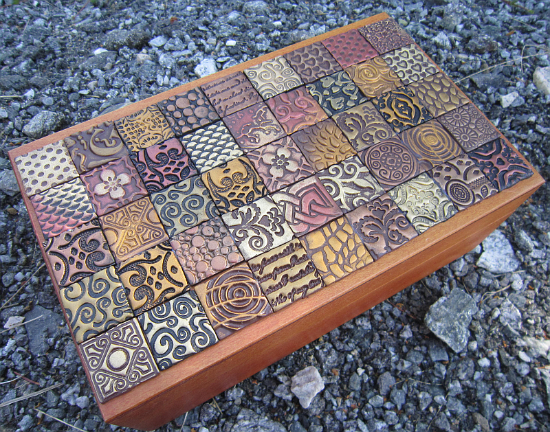 Krabička zdobená inchovými čtverečky