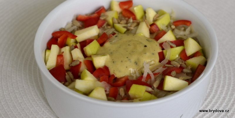 Zelný salát s jablkem a dresingem z hořčice